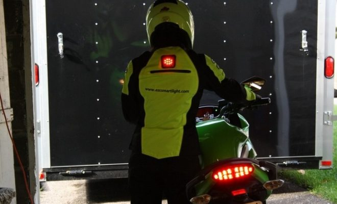 ezc-smartlight-wearable-stoplight-may-boost-a-rider-s-safety_3