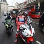 マン島TT ライダー がロンドンを走る。