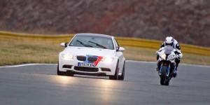 BMWのクルマトとバイクってどっちが速いの??