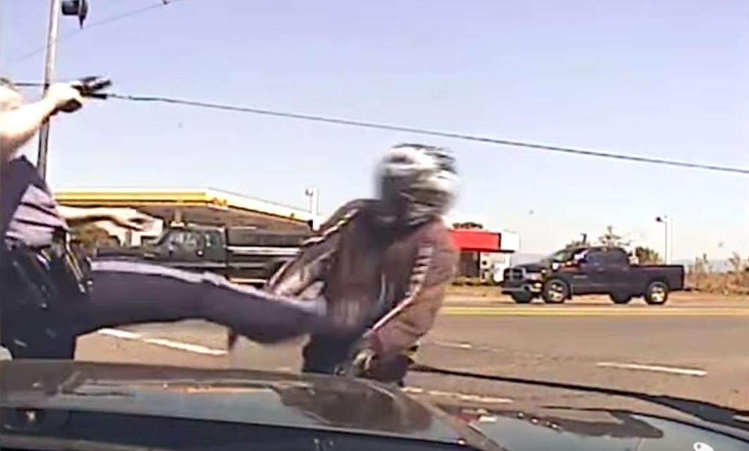 アメリカ警察 vs バイク乗り が決着。