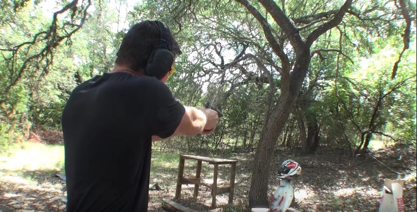 アライ(Arai)ヘルメットを銃で撃ってみた。