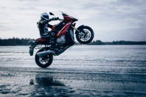 BMW 氷上走行映像がおしゃれすぎる!