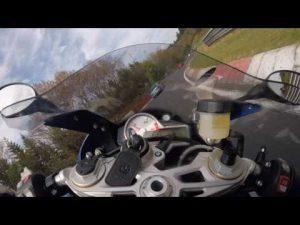 ニュルブルクリンクでバイクが車にぶつかると、、、