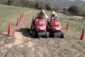 マルケスとペドロサが芝刈り機でレースするとこーなる。