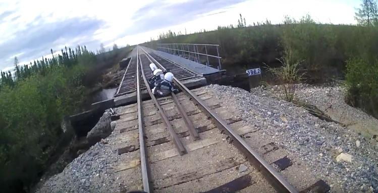 廃線ツーリング!線路の上を走る時は注意しましょう。