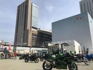 カワサキが大阪・梅田でラインナップ33台を集め野外イベントを開催!