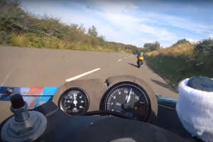 Suzuki(スズキ)RG500のマン島疾走2ストサウンドで家にいながらバイクに乗った気になりましょう!