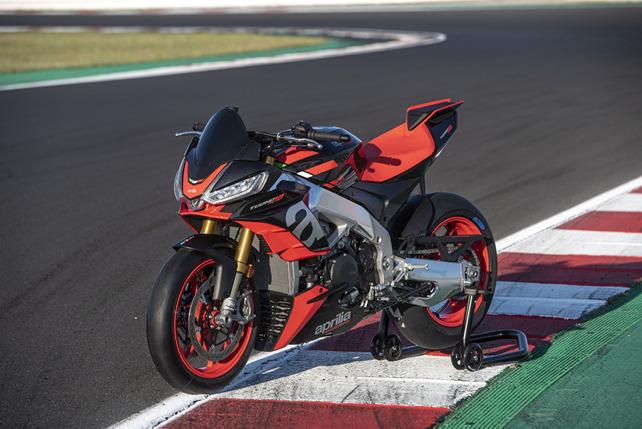 アプリリア 新型トゥオーノ V4 Factory 発売 175馬力を発揮する独自のV4エンジンと新型フェアリングが唯一無二のパフォーマンスを実現した究極のハイパーネイキッドの代表格